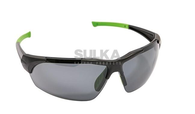 aa9e25964 Štýlové športové okuliare s čiernym rámom, mäkkým nosovým sedielkom a  polarizačným zorníkom, ktorý je