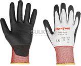 PERFECT CUTTING® DIAMOND 2332245 Extrémne odolné protiporezne ochranné rukavice, ktorých úpletový skelet je tvorený ľahkým a vysoko výkonným polyetylénovým (HPPE) vláknom Dyneema® Diamond a Lycra® sú povrstvené čiernym polyuretánom PU. Tieto pracovné nitrilové rukavice spĺňajú maximálnu úroveň odolnosti voči mechanickému odieraniu, prerezaniu a aj roztrhaniu. Výrobca Honeywell.