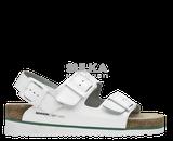 Korkové biele sandále s anatomicky tvarovanou platformou s podošvou z odľahčeného EVA materiálu prispieva k nízkej hmotnosti a vyššej odolnosti proti oderu a opakovanému ohybu. Machová zelená medzipodošva účinne tlmí nárazy pri chôdzi. Kožený zvršok je z hovädzej štiepenky na dve pracky s nastaviteľnou šírkou priehlavku a prackou okolo päty. Zvýšená podošva v tvare klinu.